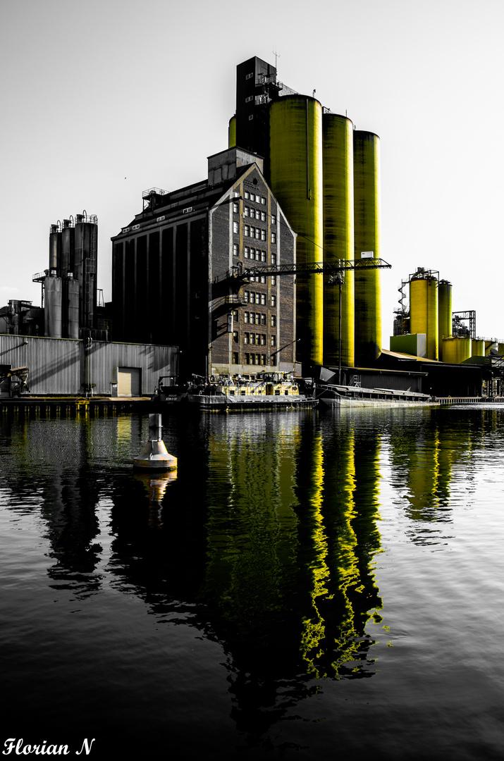 Ölhafen in gelb