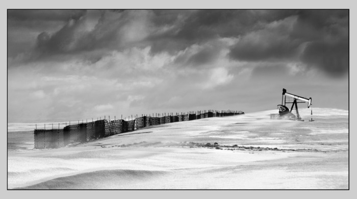 Ölpumpe im Schneefeld