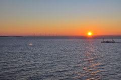 Off Shore Windpark, Schiff und Sonnenuntergang...