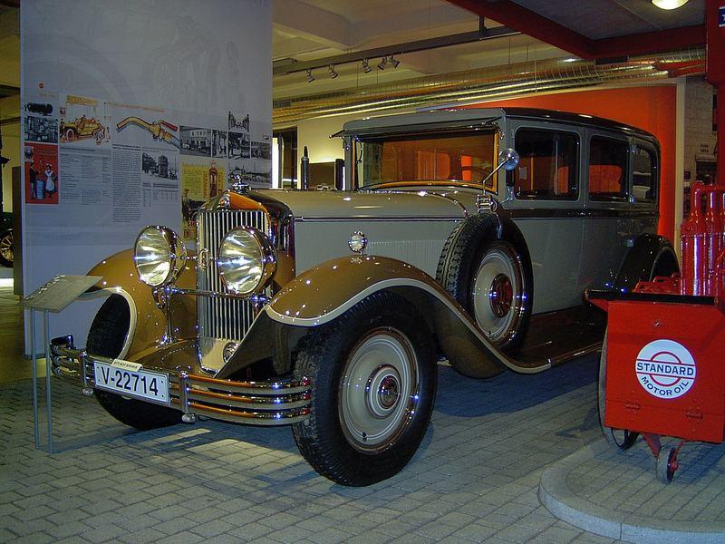 Oldtimer an alter Tankstelle