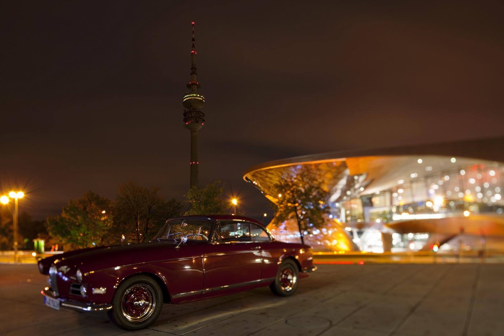 Oldtimer vor BMW Welt und Olympiaturm
