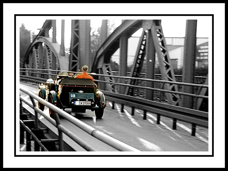 Oldtimer_auf_Linner_Drehbrücke