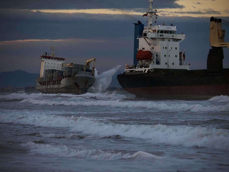 Oleaje sobre los buques varados