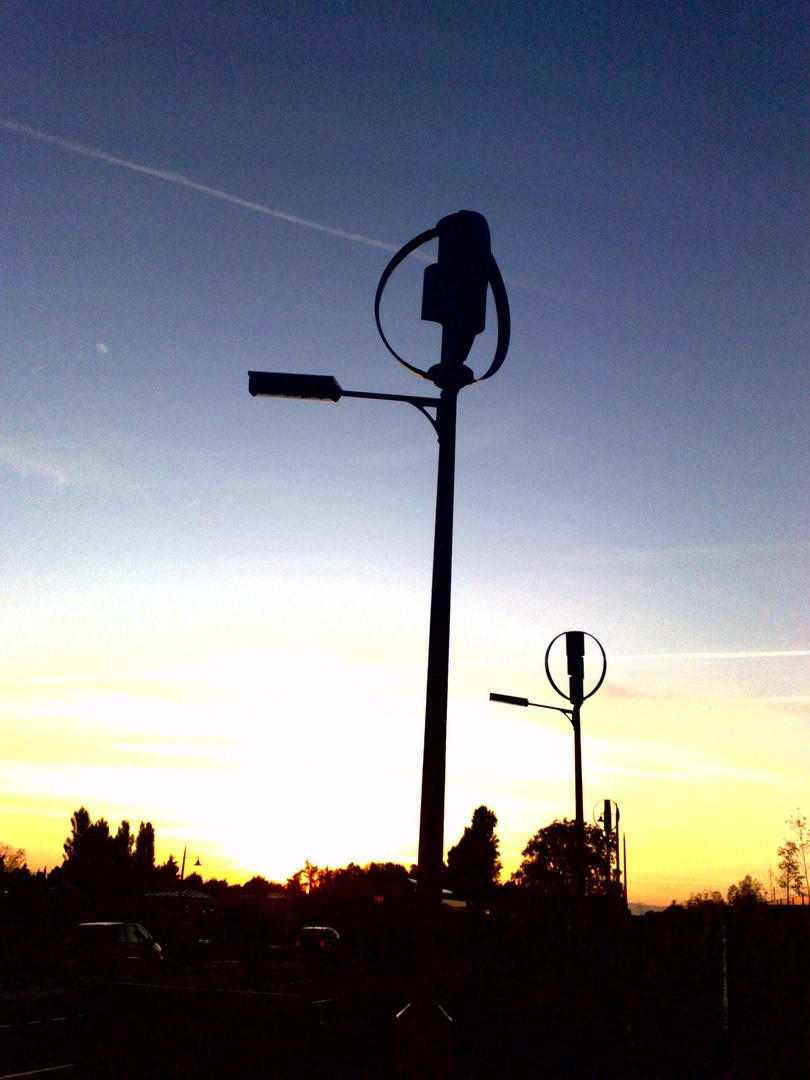 Éolienne et lampadaire stylisé