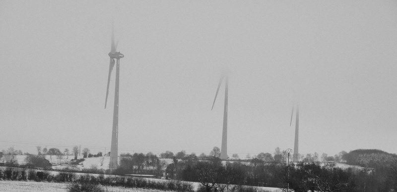 Éoliennes dans le Brouillard