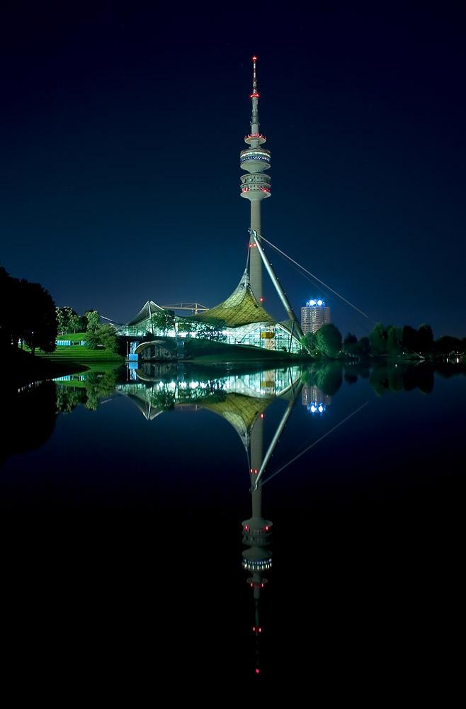 Olympiaschwimmhalle mit Olympiaturm München