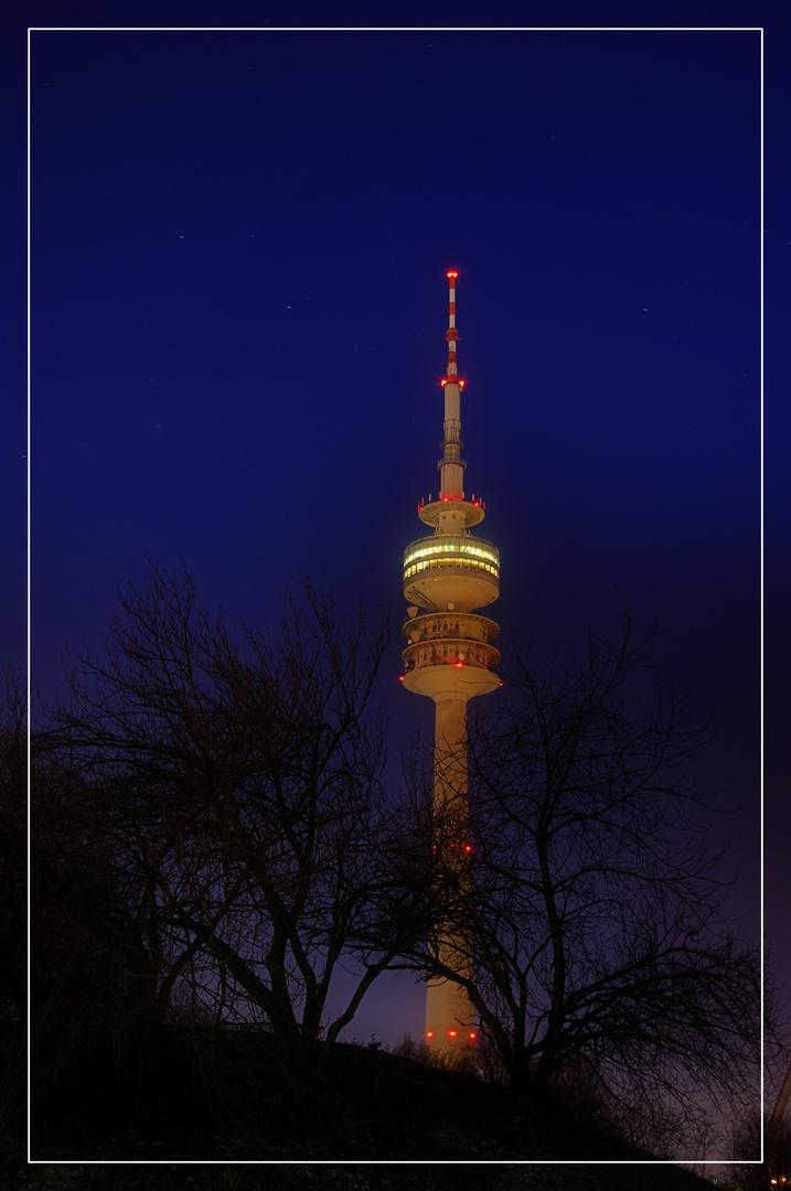 Olympiaturm bei Nacht