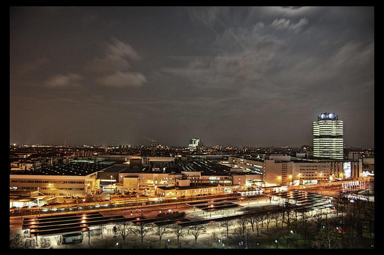 Olympiazentrum bei Nacht