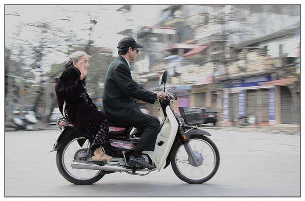 Oma auf dem Sozius - Hanoi -Vietnam