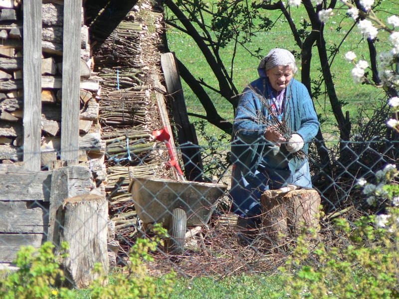 Oma hackt Holz