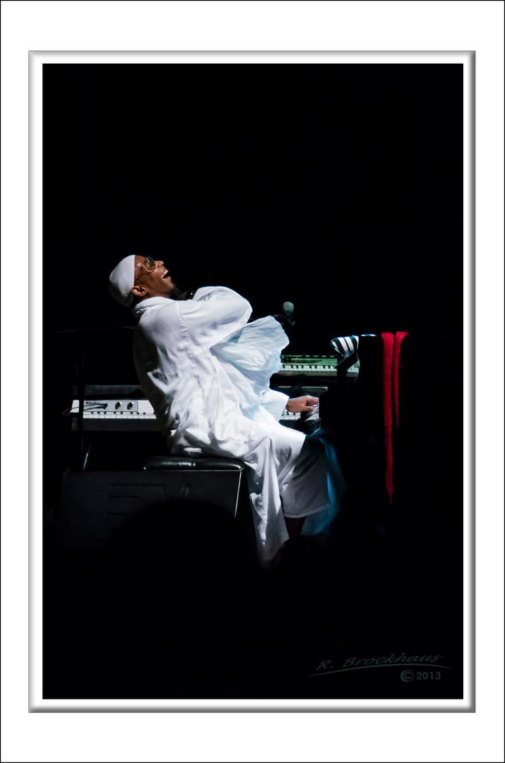 Omar Sosa, Piano mit seinem Trio in einem Freiluftkonzert