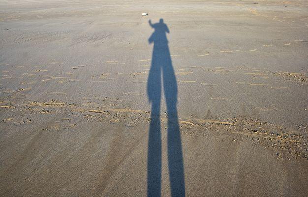 Ombre du photographe sur une plage en Bretagne