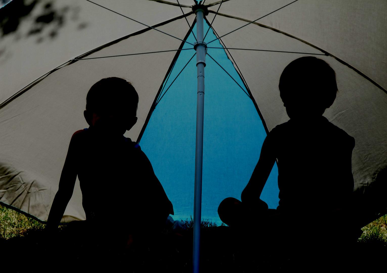 Ombres chinoises sous le parasol.