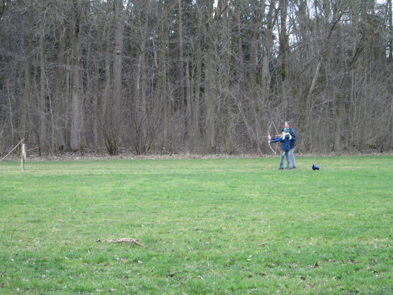 Opa mit Enkelkinder beim Bogenschießen 1-3