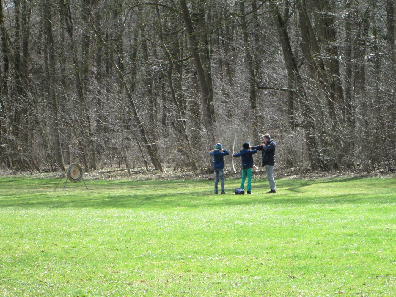 Opa mit Enkelkinder beim Bogenschießen 3-3