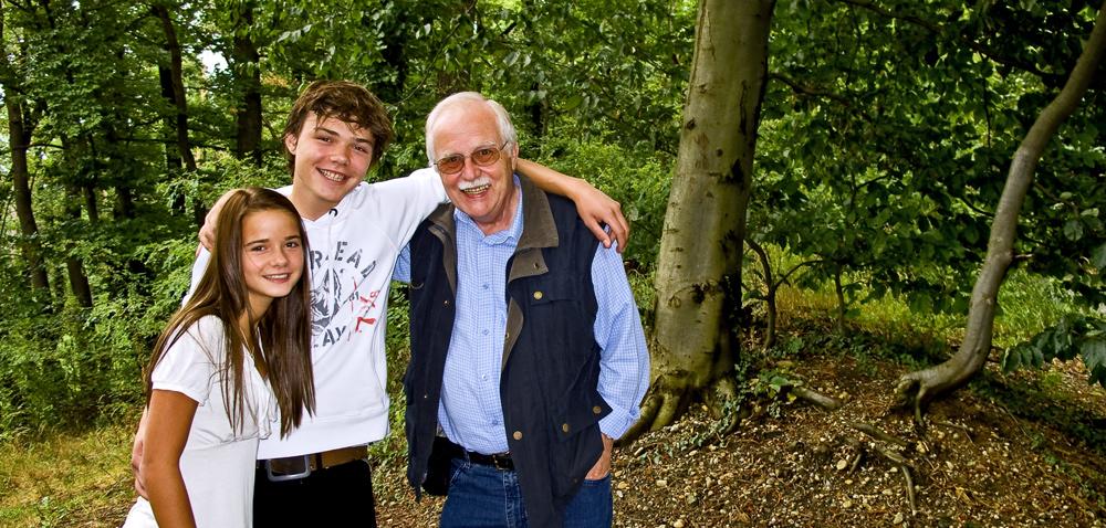 Opa mit seinen Enkelkindern
