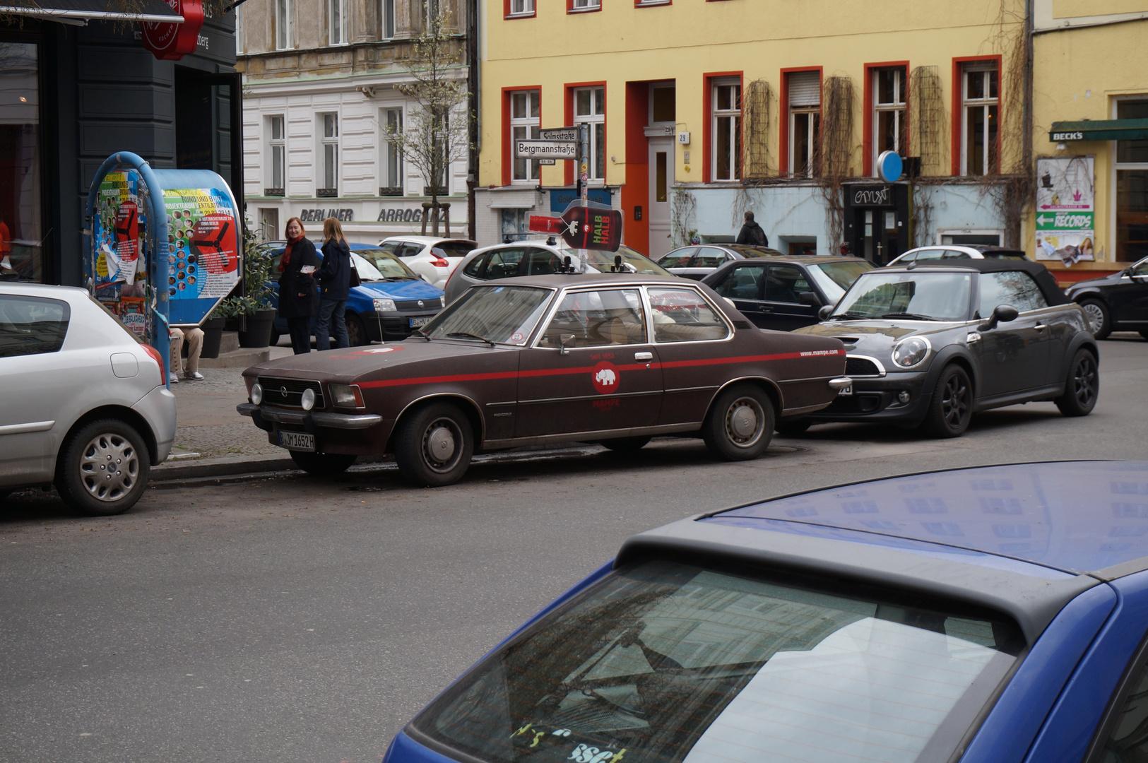 Opel Rekord Zweitürer gepaart mit Mini und Berliner Arroganz, Streetart