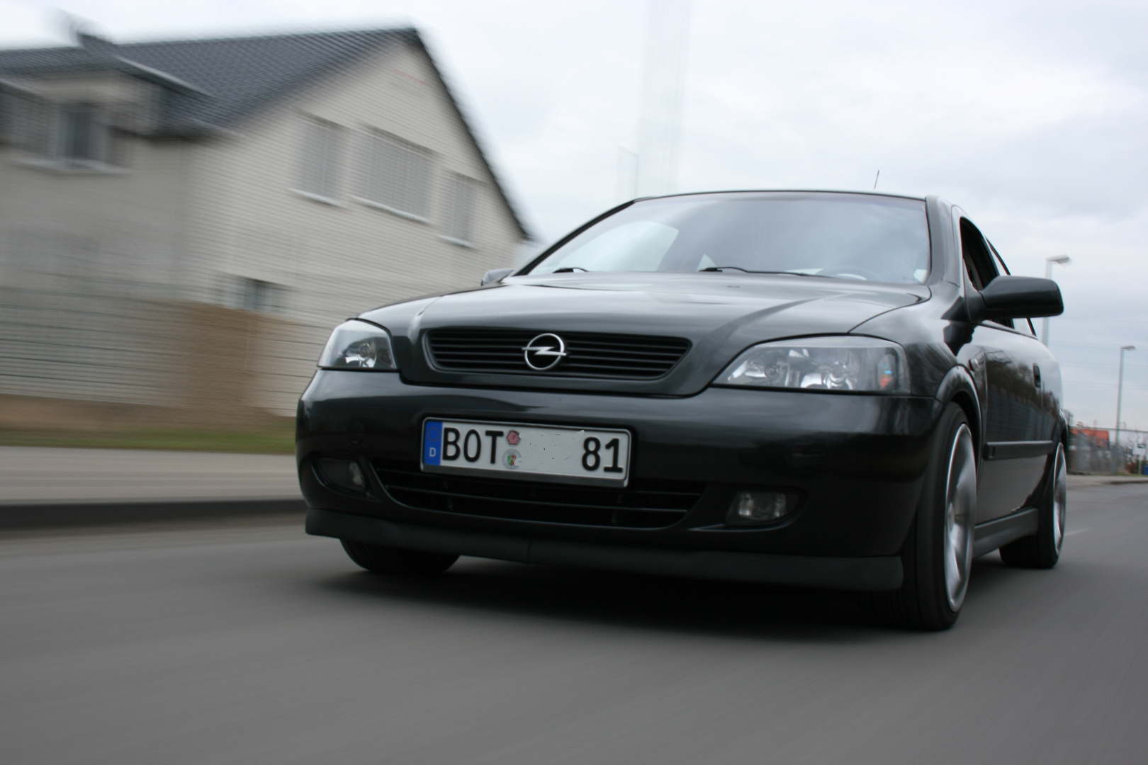 Opel und die Straße lebt.
