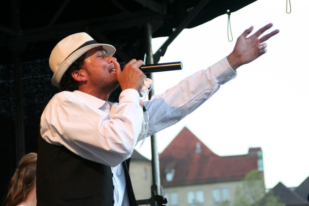 """Open Air: Sänger singt """"Auf der Bank"""" 2009"""