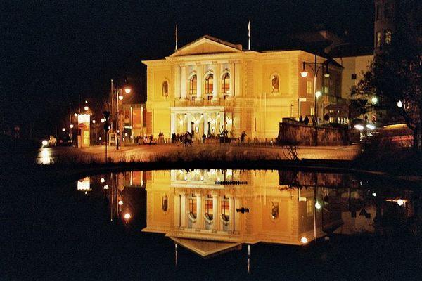 Opernhaus Halle gespiegelt