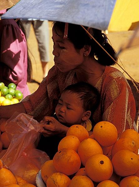 Orangenverkäuferin an der Straße nach Mandalay
