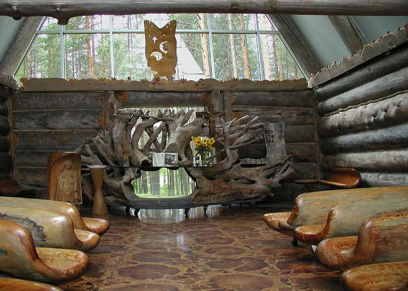 Ort der stillen Andacht im finnischen Wald