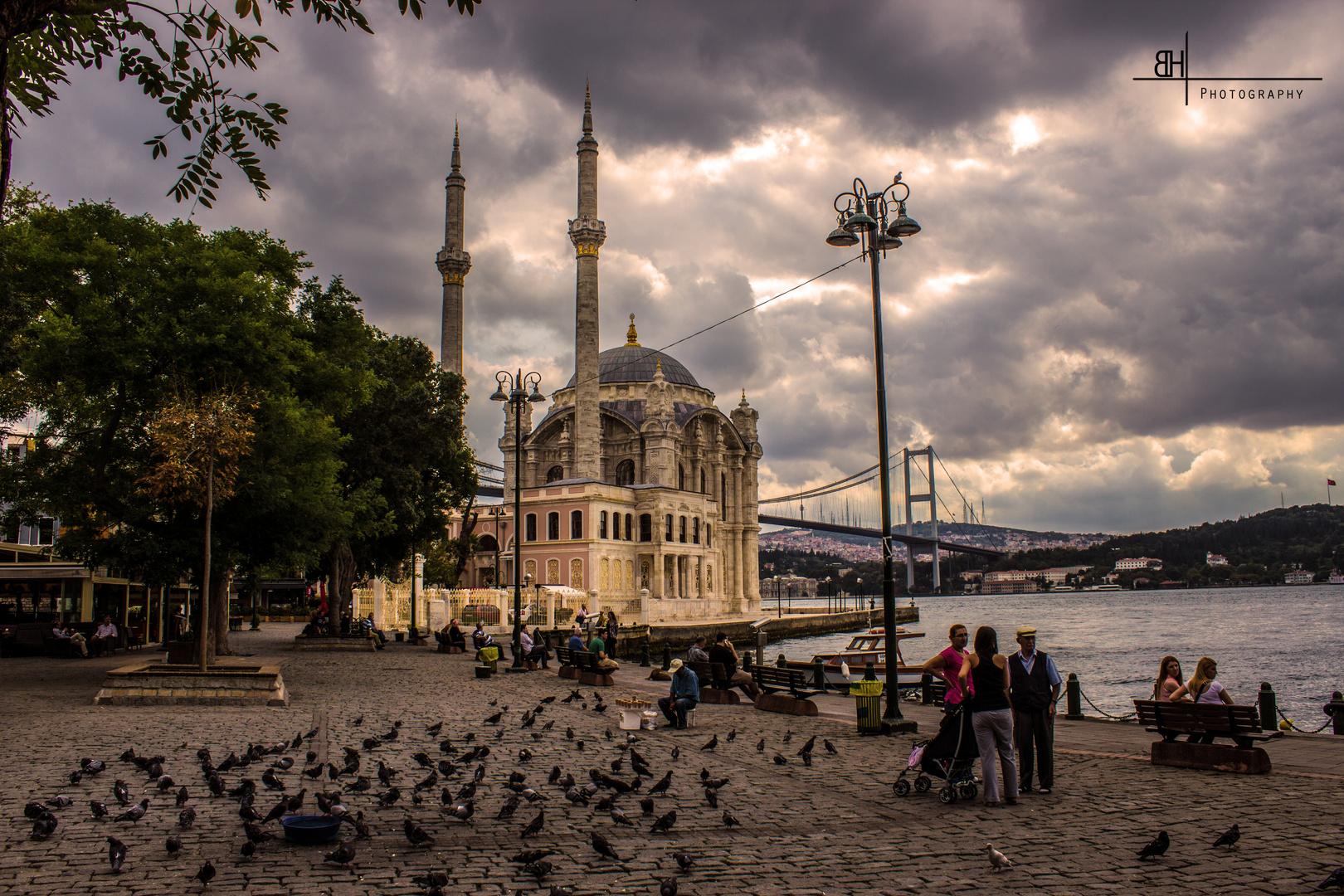 Ortaköy Moschee mit Blick auf die Bosphorusbrücke