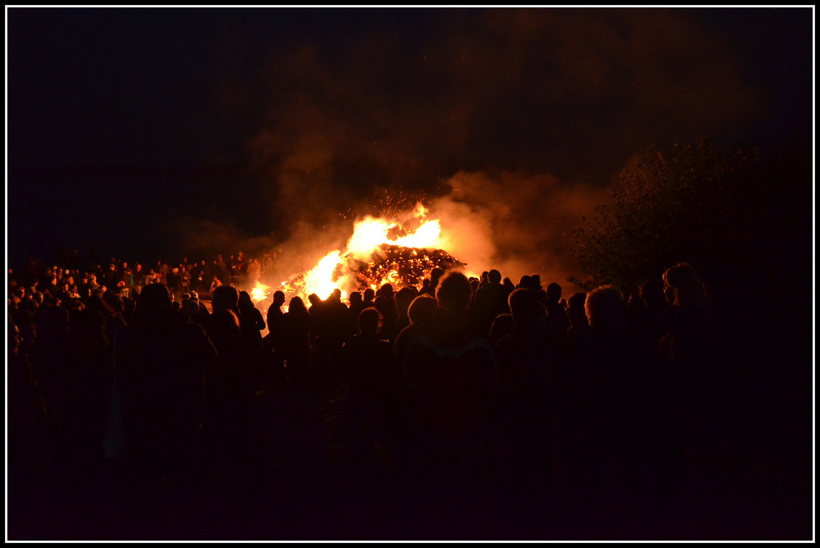 """ Osterfeuer am Elbstrand """