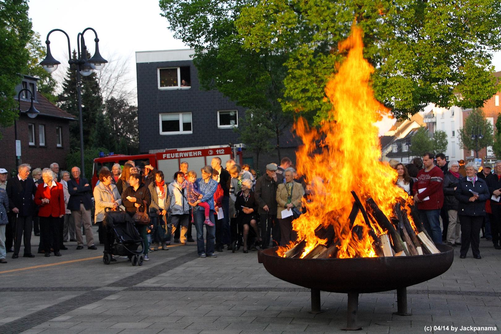 Osterfeuer auf dem Vorplatz vor St. Johannes d.T., Kirchhellen (1)