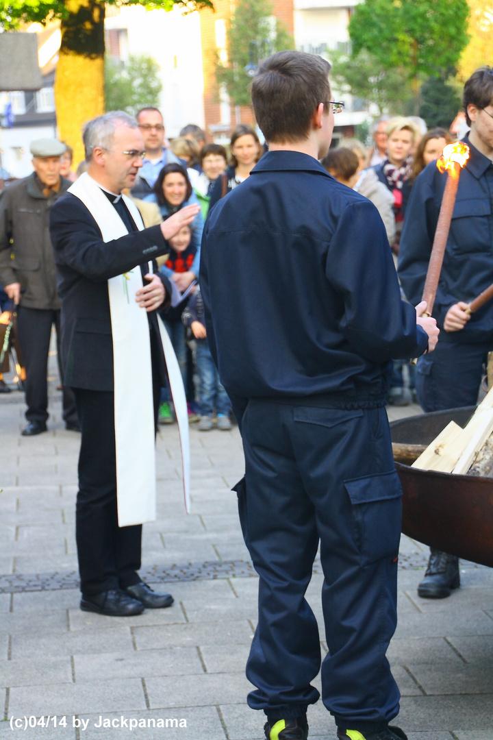 Osterfeuer auf dem Vorplatz vor St. Johannes d.T., Kirchhellen (3)