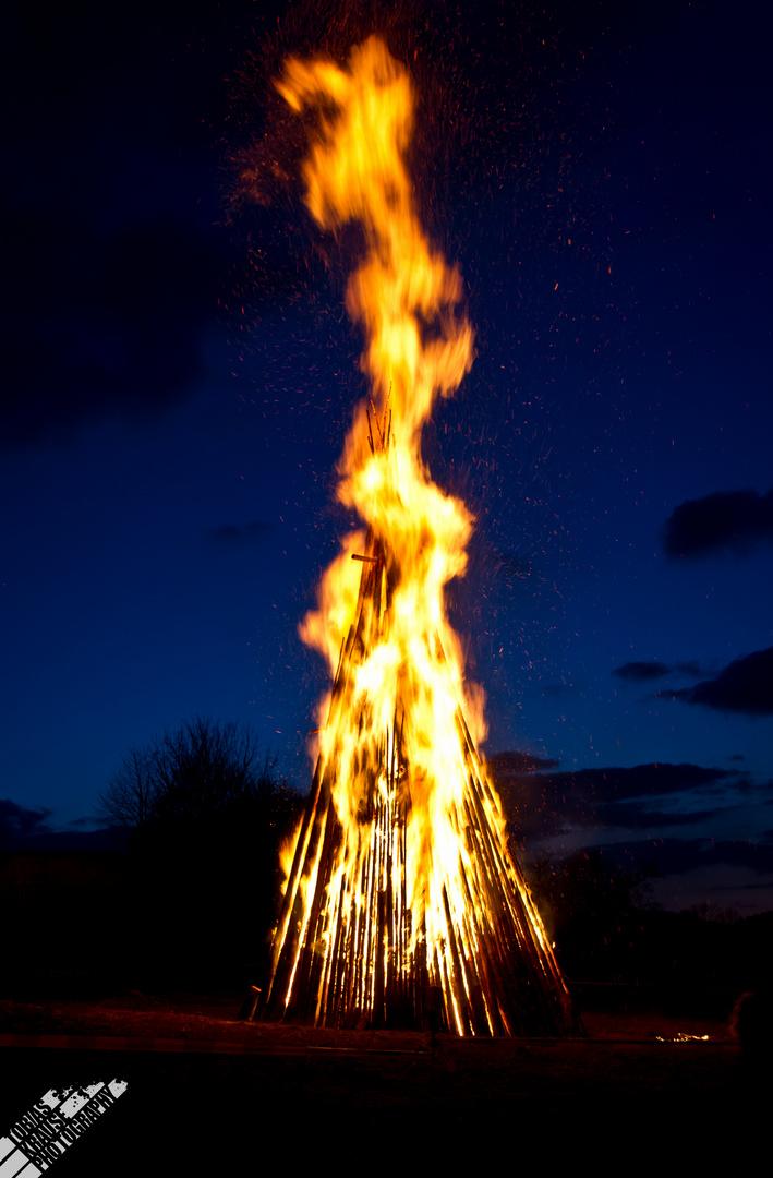 Osterfeuer in der Blauen Stunde