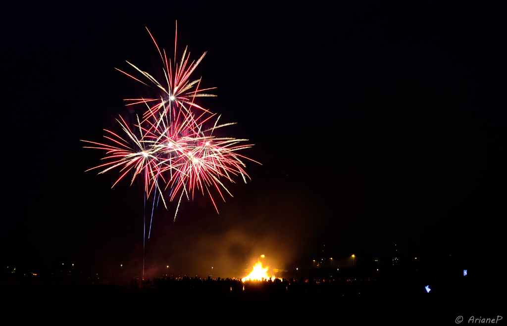 Osterfeuer und Feuerwerk Golzwarden