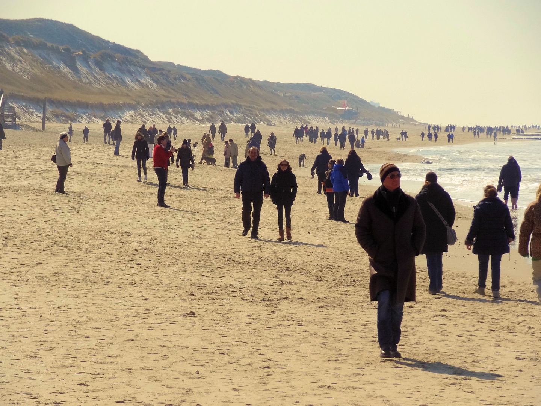 osterspaziergänger am sylter strand