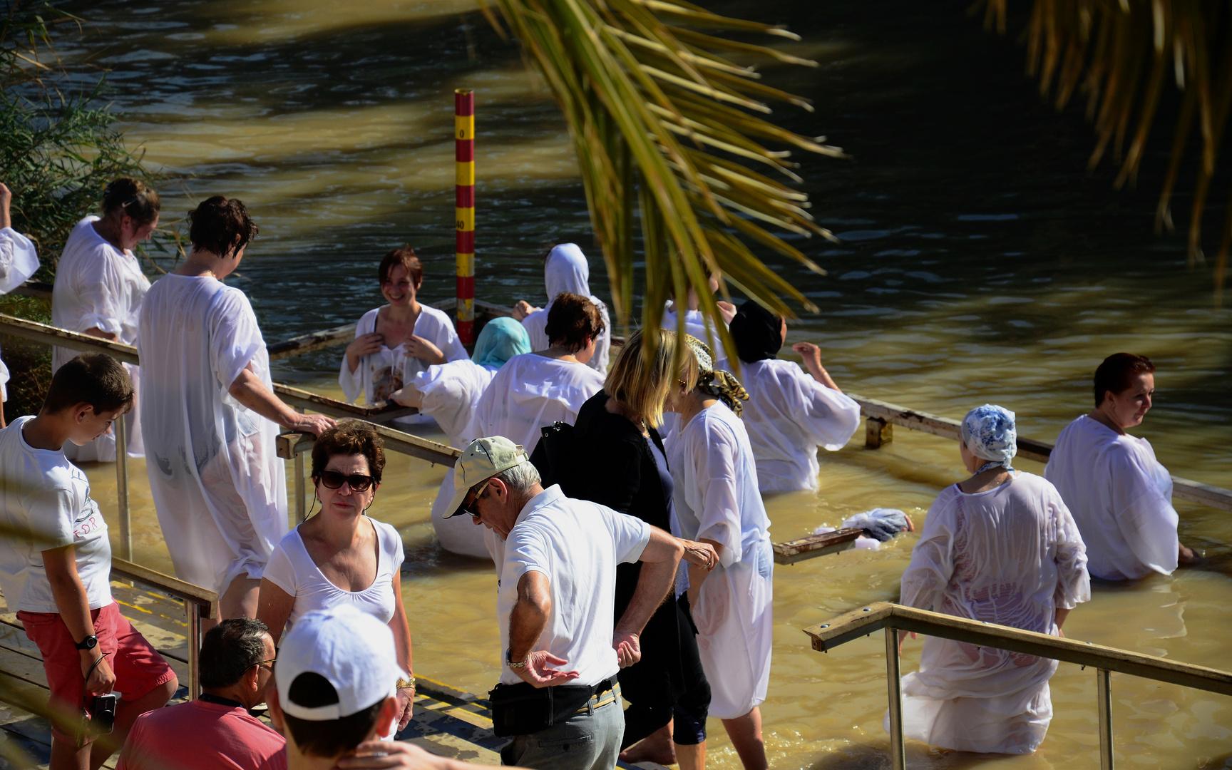 osteuropäische Pilger beim Untertauchen an der Taufstelle Jesu im Jordan