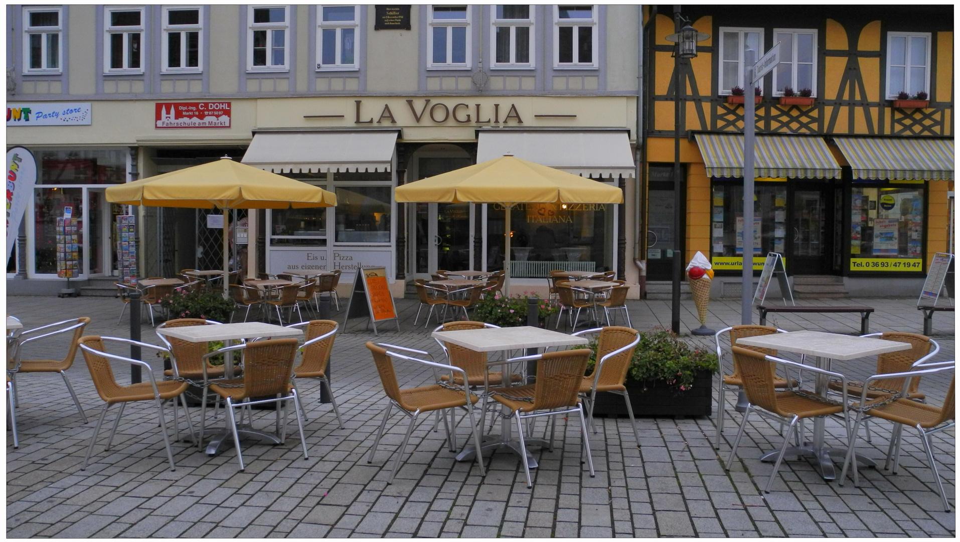 Otoño en la ciudad II, Meiningen, nadie ya no quiere tomar café en el aire libre