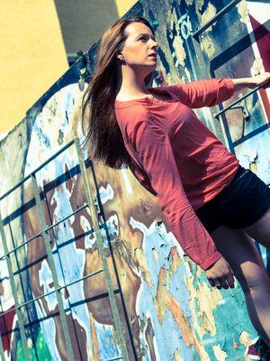 Outdoor an einer Graffitiwand