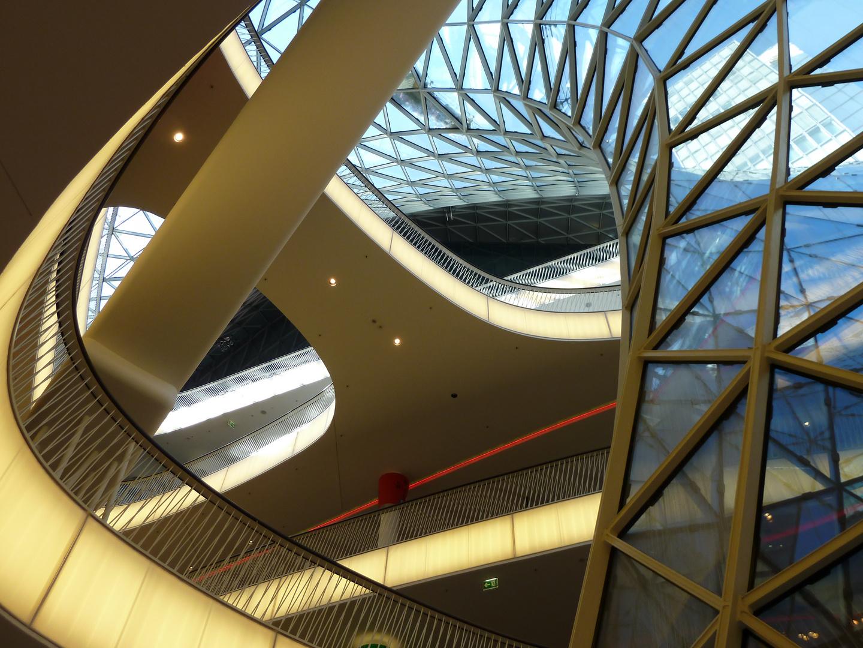 """Ovale Formen im Einkaufszentrum Frankfurt Zeil - Gebäude mit """"Loch="""