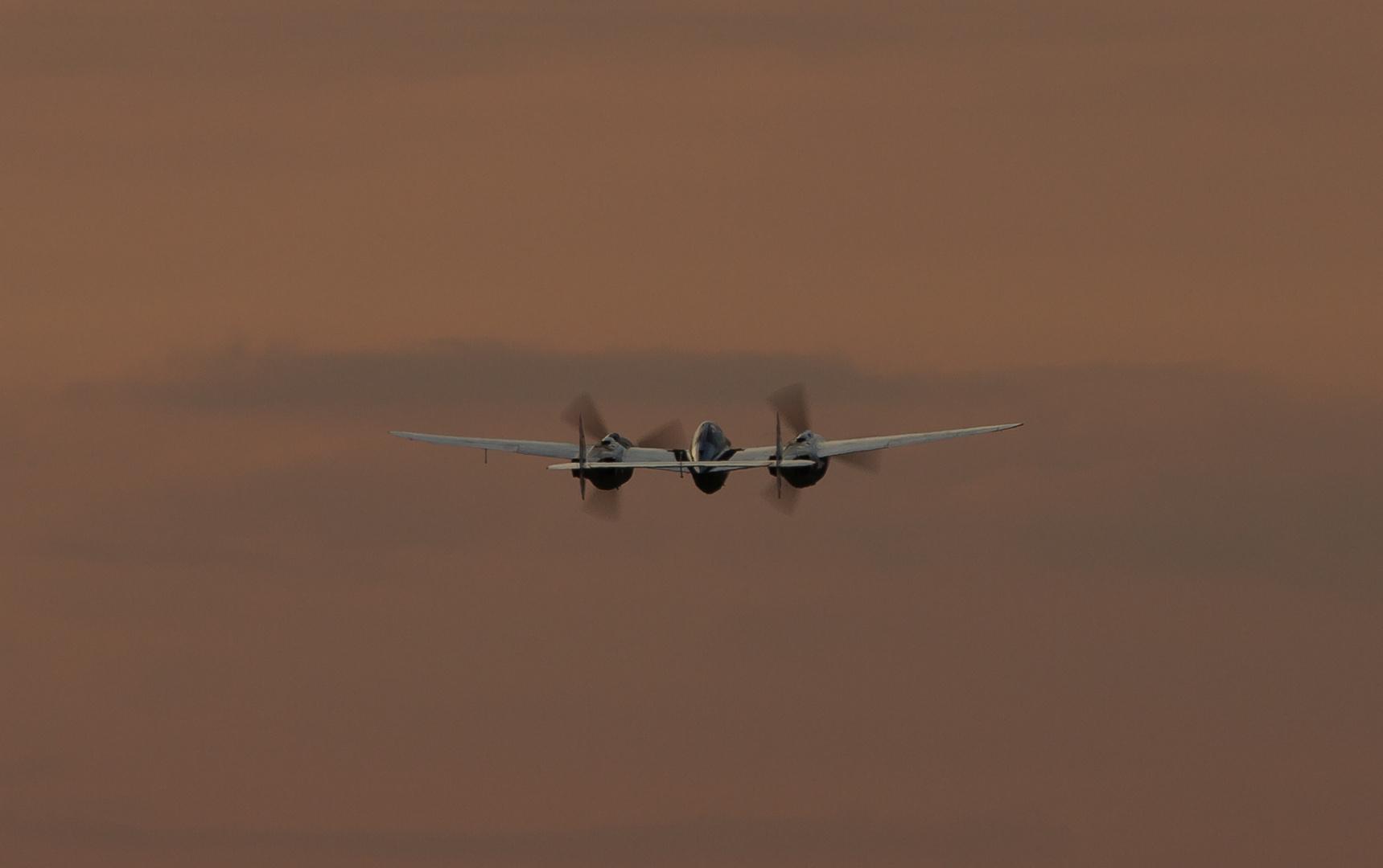 P-38 startet in den abendlichen Himmel