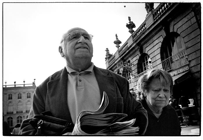 Paar mit Zeitung. Nancy, April 2005.