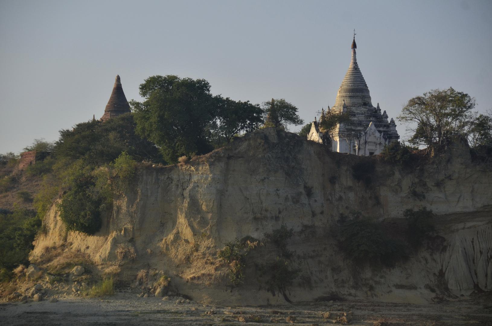 Pagoden schauen über das Ufer des Irawaddy bei Bagan, Myanmar