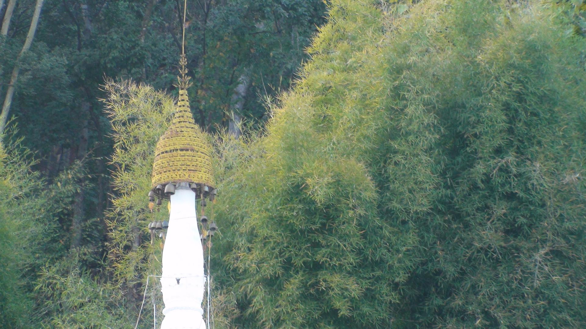 Pagodenspitze vor Bambuswald, Myanmar