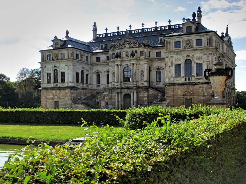Palais mit Hecke