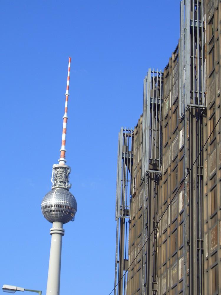 Palast der Republik feat. der schiefe Turm von Berlin