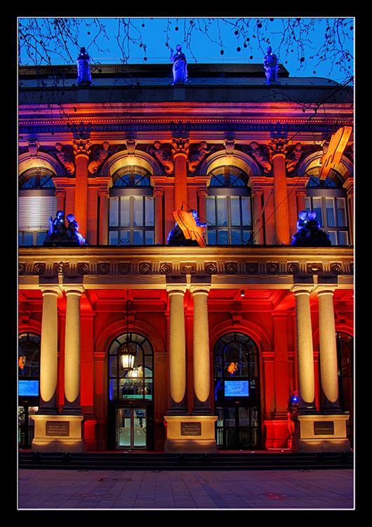 Palazzo Prozzo, oder die Geldvernichtungsmaschinerie im farbigen Licht