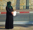 Palestinenserin an Straßenbahnhaltestelle in Jerusalem