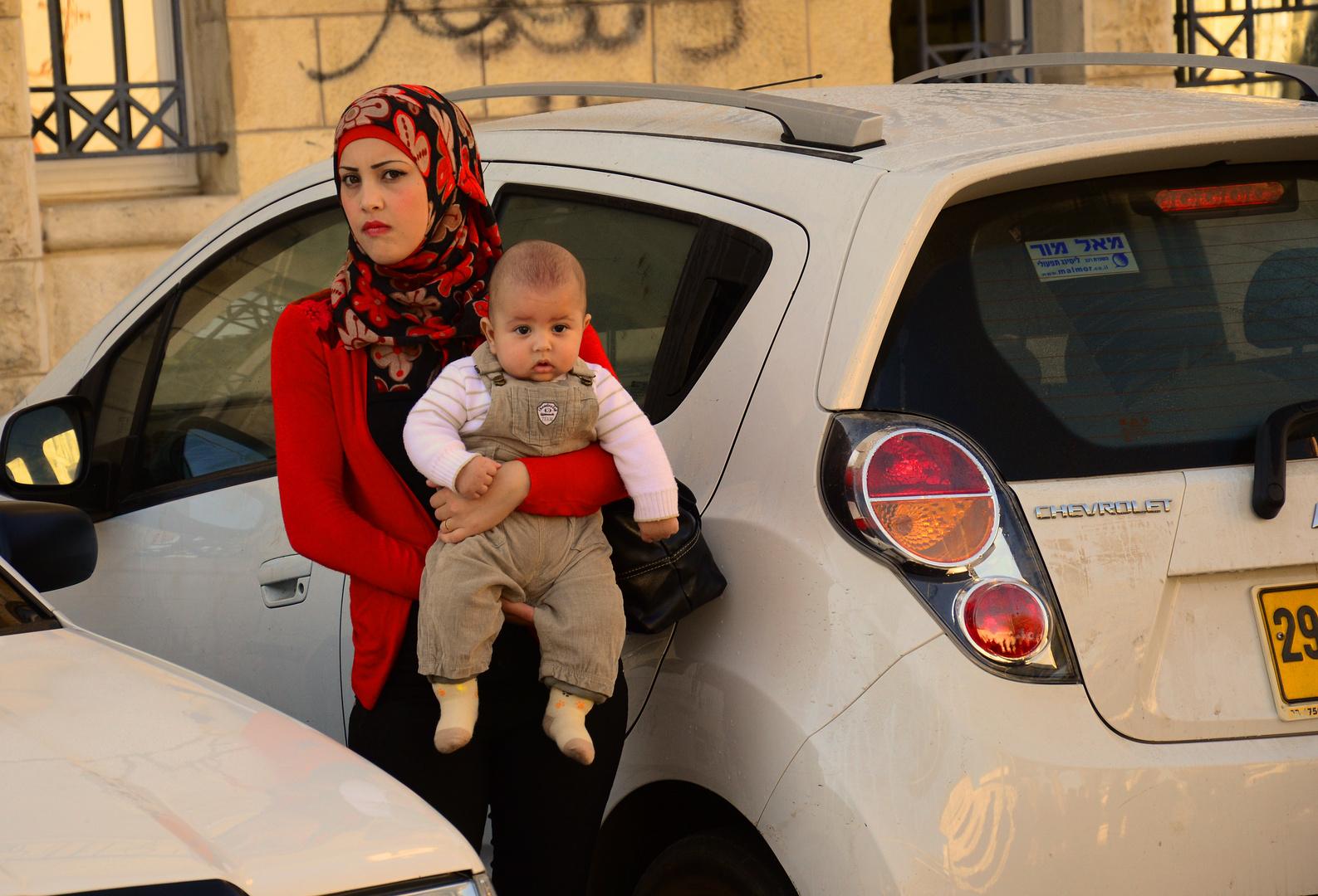 Palestinenserin mit Kleinkind am Sabbat in Jerusalem