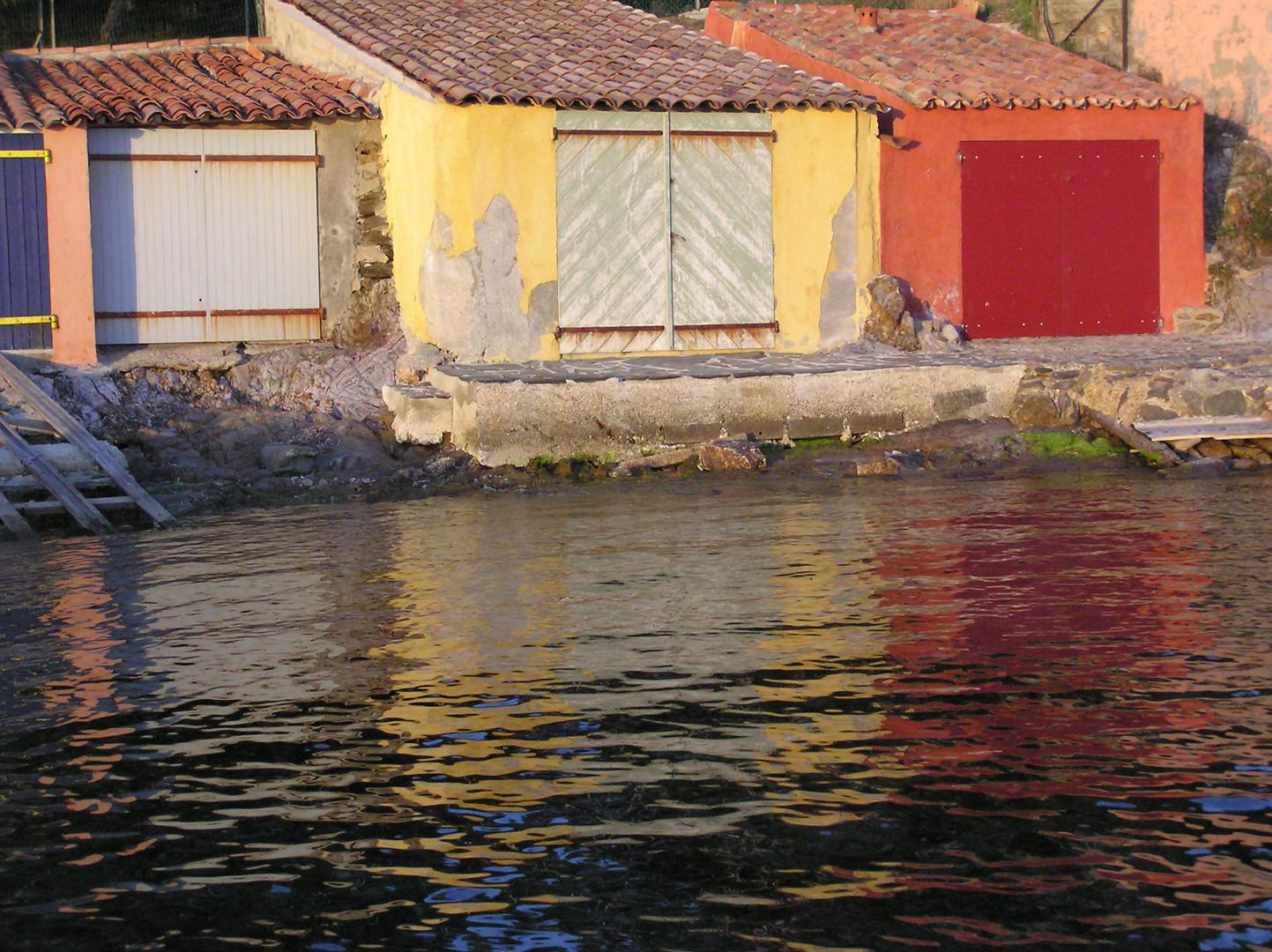 palette de reflets au couchant d'abris de pêcheurs à Cabasson
