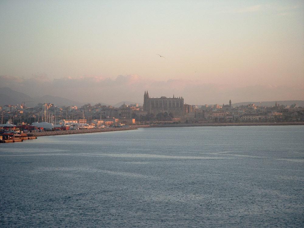 Palma im Sonnenaufgang von der Seeseite