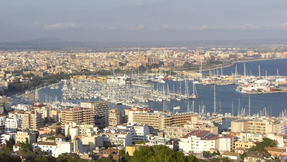 Palmas Hafen mit Cathedrale von hoch oben