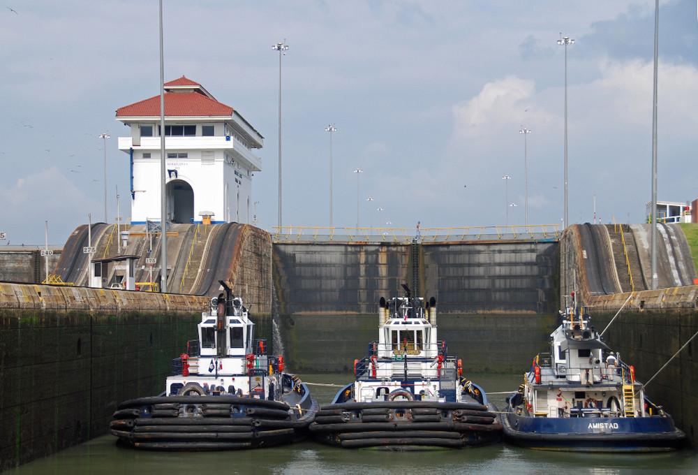 Panama Kanal: 3 Schleppschiffe in der Miraflores Schleuse